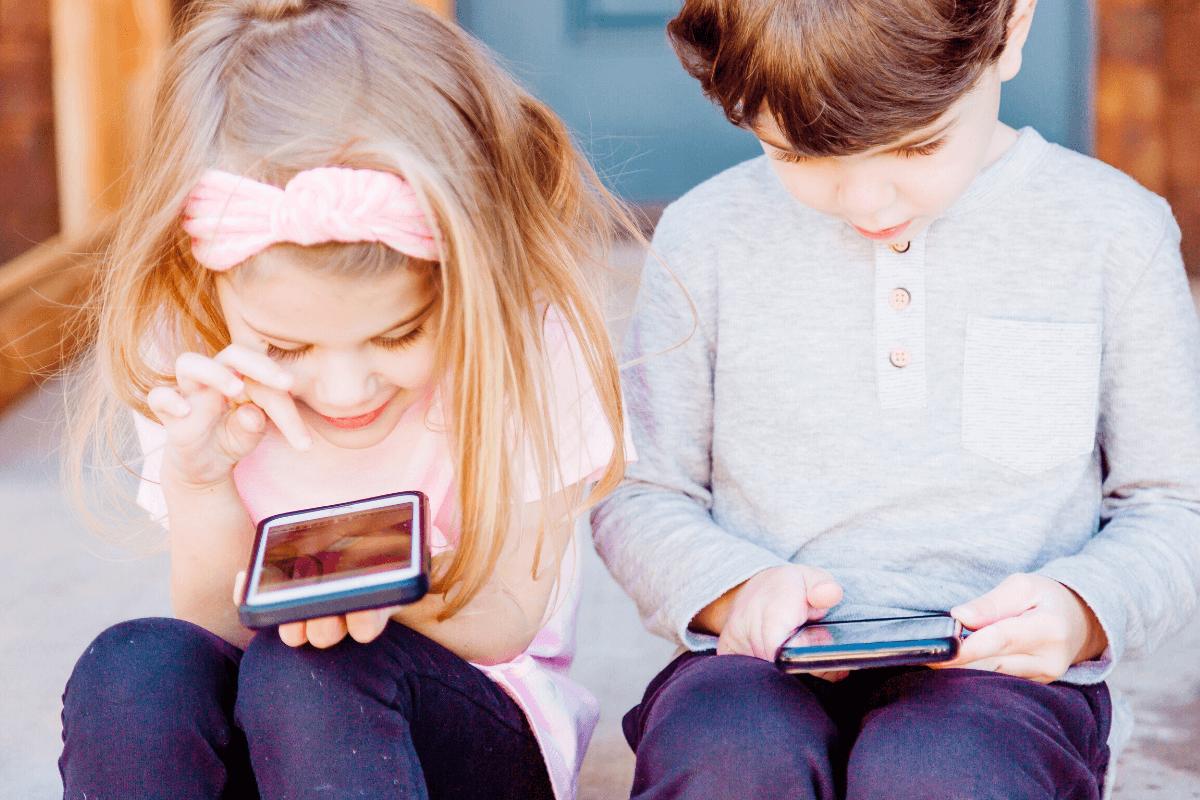 Kiedy jest właściwy moment żeby kupić dziecku telefon? Jakie pytania trzeba sobie zadać? Czy na pewno musimy mieć stały kontak z dzieckiem?
