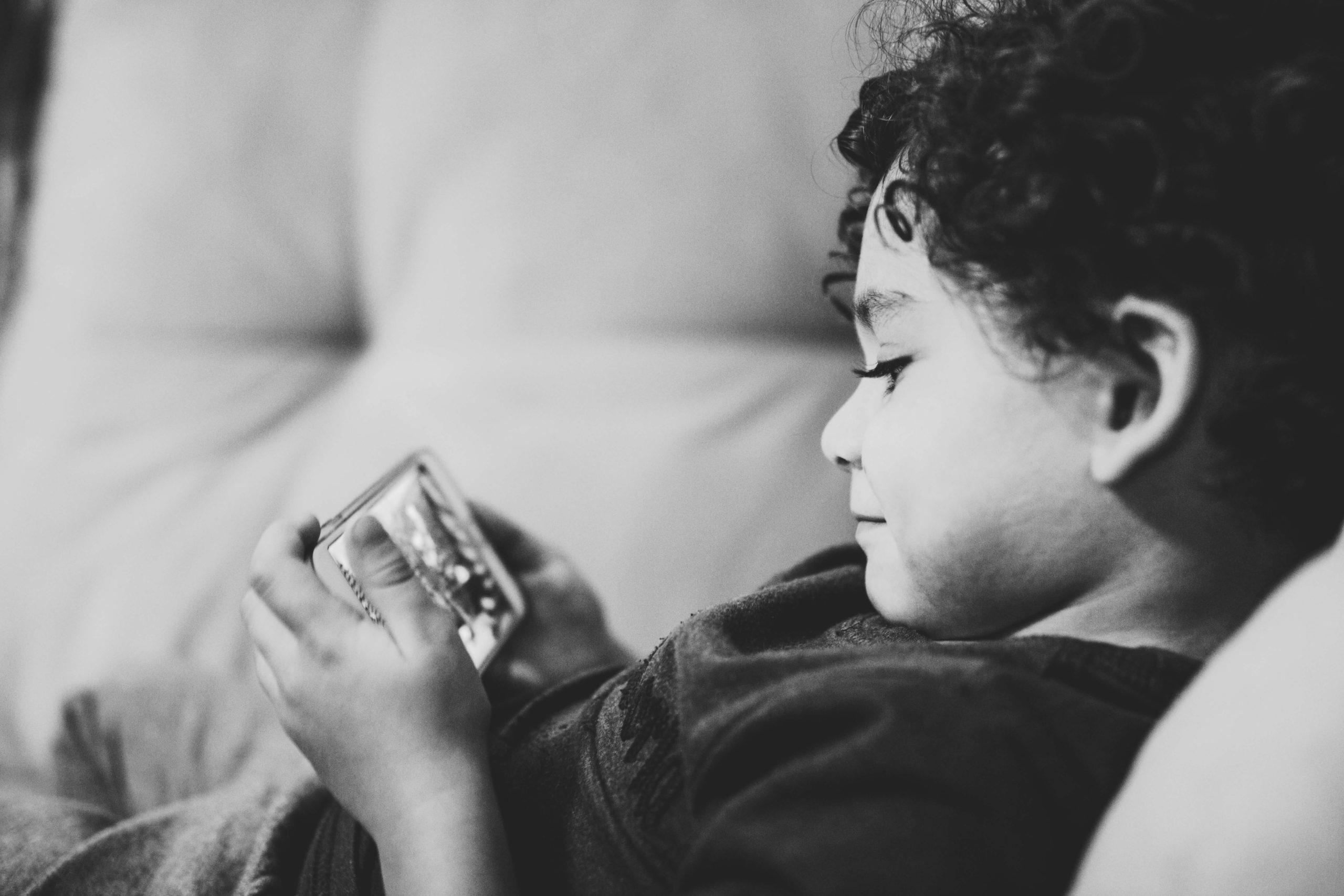 Ile czasu dzieci poświęcają na aktywności ekranowe? Jakie są zalecenia ekspertów? Dlaczego przestrzeganie limitów jest ważne? Odpowiedzi szukaj w tekście.