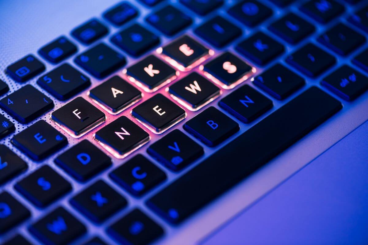 Era cyfrowa to era fake newsów. Zobacz w jaki sposób znajdują się w obiegu. W jaki sposób sprawdzać informację krok po kroku.