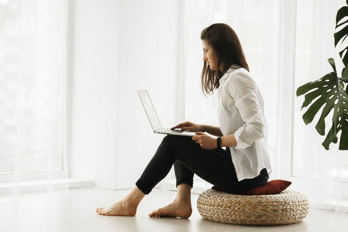 Ostatnio większość z nas dużo pracowała z domu. Część zostanie w tym trybie pracy na dłużej. Jak zadbać o zdrowie w warunkach domowych?
